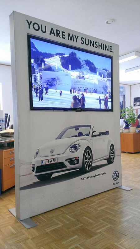 Volkswagen-Werbewand-mit-Monitor